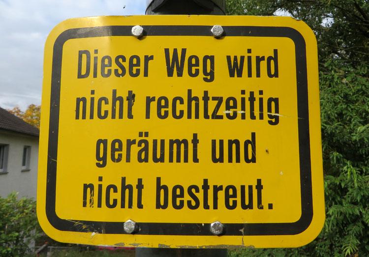 """Schild """"Weg wird nicht rechtzeitig geräumt"""""""
