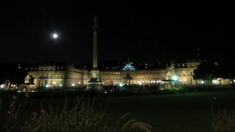 Stuttgarter Schlossplatz bei Nacht