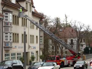 Feuerwehrleute reparieren Traufbeleuchtung